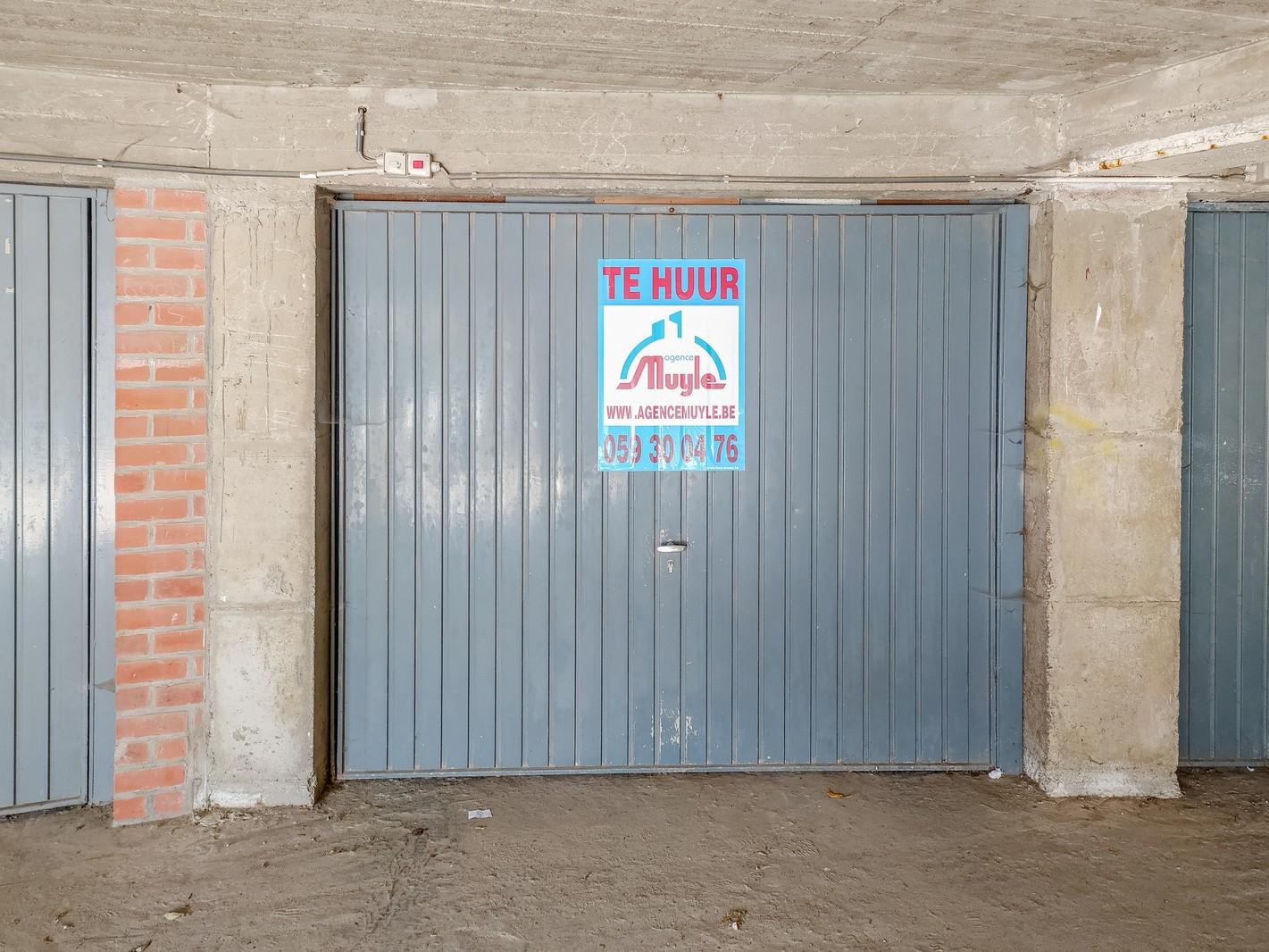 Zeer grote, centraal gelegen garagebox met elektriciteit