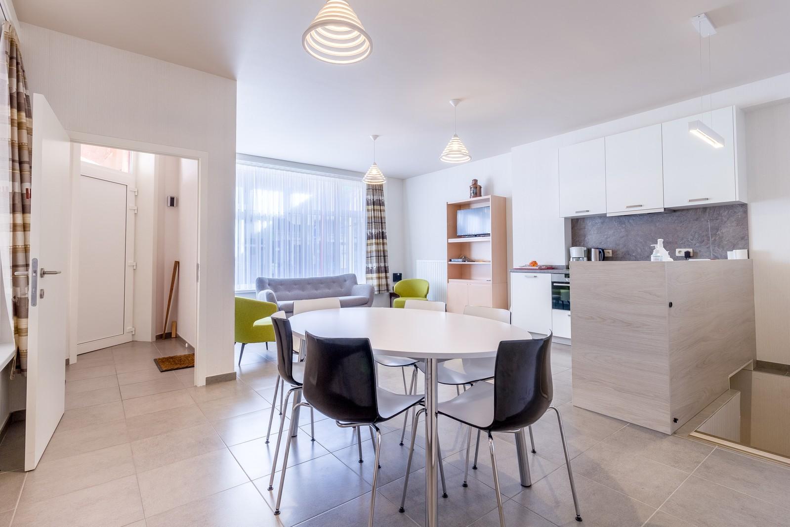 Zeer ruim (110m²), volledig gerenoveerd, appartement met 3 kamers vlakbij de zeedijk