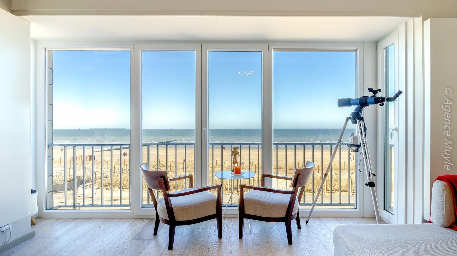 Riant, volledig gerenoveerd 2-kamer appartement met fenomenaal, frontaal zeezicht