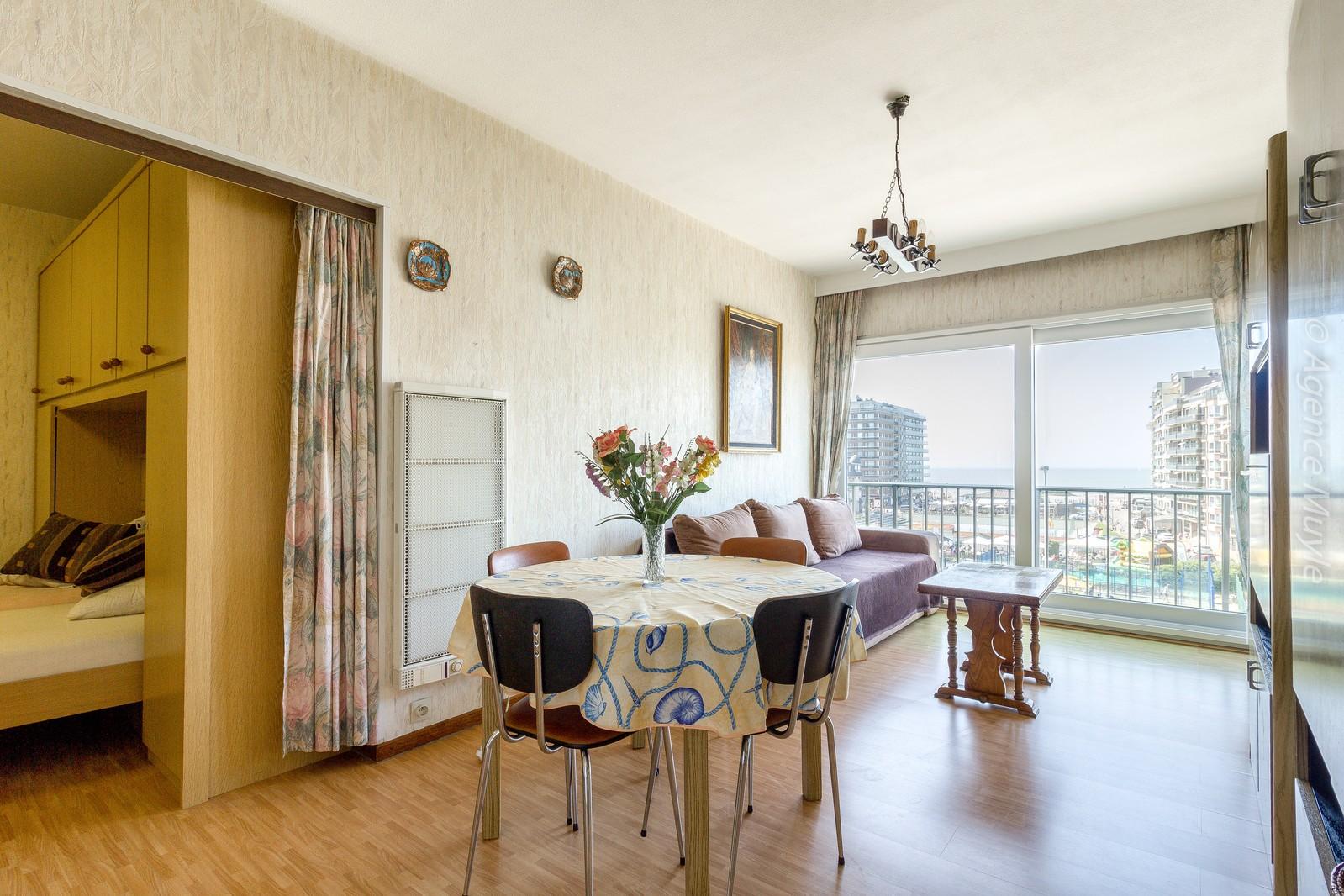 Te renoveren appartement met slaaphoek en frontaal zeezicht!